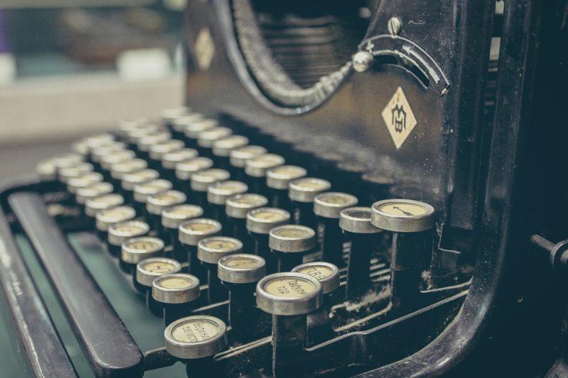 Ancienne machine à écrire pour mettre en avant l'indexation des contenus dans Google
